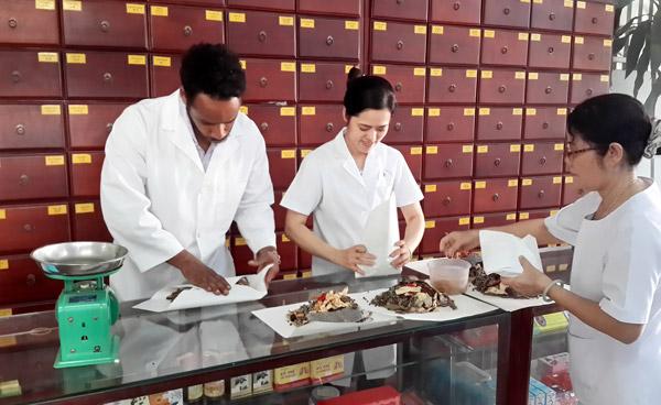 Sinh viên theo học ngành bác sỹ y học cổ truyền sẽ được cung cấp các kiến thức cơ sở của ngành y.